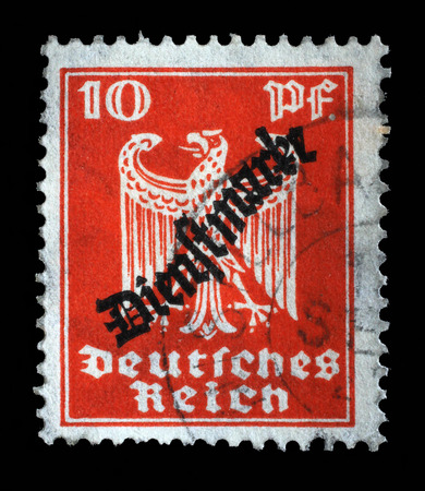 stempeln: Stamp printed in the German Empire shows coat of arms of Germany, circa 1924