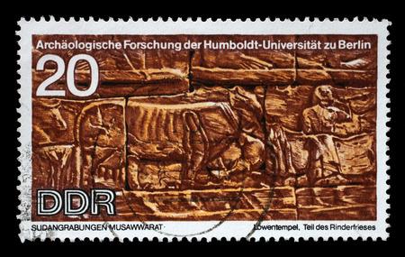 friso: Sello impreso en la RDA se muestra excavaciones arqueol�gicas de Sud�n por la Universidad Humboldt de Expedici�n, Parte del Ganado friso, reproducir tallas desenterradas en leones templo, Musawwarat, alrededor de 1970 Editorial