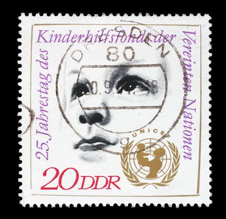 unicef: Francobollo stampato da GDR mostra Childs testa e UNICEF emblema, dedicato 25 ° anniversario dell'UNICEF, circa 1971 Editoriali