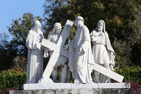 viernes santo: 2º Estaciones de la Cruz, Jesús es dada su cruz, santuario de peregrinación, Asunción de la Virgen María en Marija Bistrica, Croacia Foto de archivo