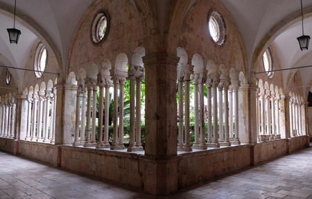 The cloister of the Franciscan monastery of the Friars Minor in Dubrovnik, Croatia 免版税图像