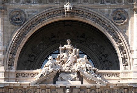 derecho romano: Lady Justice Statue on Palace of Justice(Palazzo di Giustizia), seat of the Supreme Court of Cassation, Rome, Italy