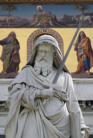 サン ポールの壁の外、ローマ、イタリアの大聖堂の前で聖パウロ像 写真素材