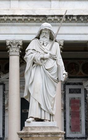 サン ポールの壁の外、ローマ、イタリアの大聖堂の前で聖パウロ像 報道画像