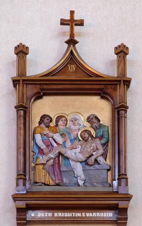 viernes santo: 14 estaciones de la Cruz, Jesús es depositado en la tumba y cubierto de incienso, la catedral de la Madre Teresa en Vau i Dejes, Albania