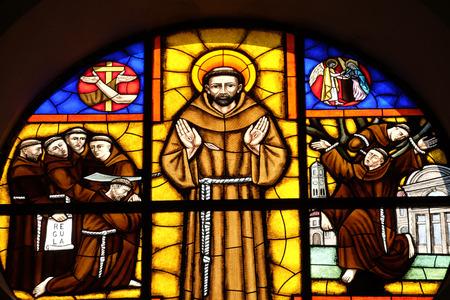 Shkoder、アルバニアの聖シュテファン大聖堂のステンド グラスの窓、アッシジのフランチェスコを聖します。