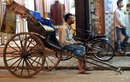 A hand rickshaw puller waits for passengers in his rickshaw in Kolkata on February 09, 2016. Sajtókép