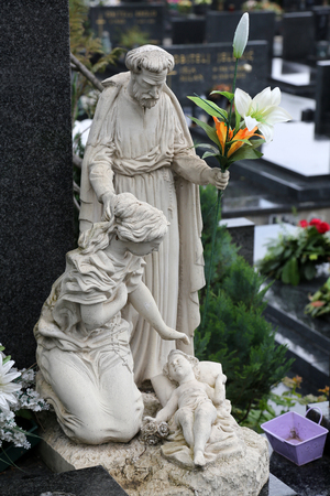 Holy Family, headstone on Mirogoj cemetery in Zagreb, Croatia 免版税图像