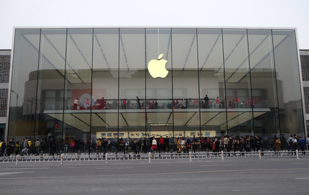 Apple flag-store at West Lake Hangzhou, 27% of Chinas smartphones cost over $500, and 80% of those are i Phones, Hangzhou, China