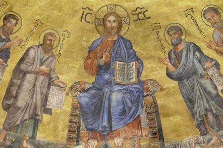 Die Ikone auf der Haube mit dem Bild von Jesus Christ und von Aposteln auf einem goldenen Hintergrund in der Basilika von Saint Paul Outside the Walls, Rom, Italien