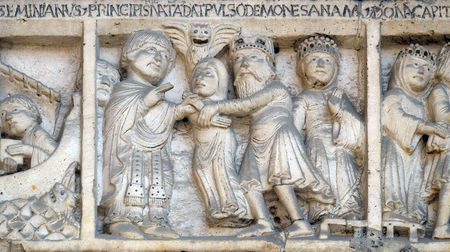 Scenes from the life of St. Geminianus : The liberation from the devil of the daughter of  Byzantine emperor Jovian, bass relief by Wiligelmo, Modena Cathedral, Italy 免版税图像