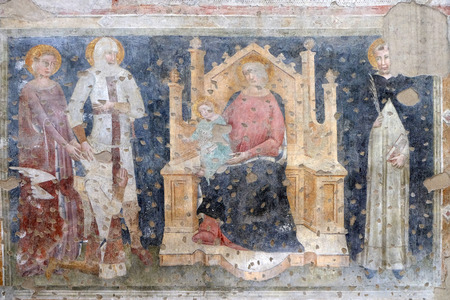 Enthroned Madonna and Child, Saints Catherine, George, Peter the Martyr and a worshipper Knight fresco in the church of San Pietro Martire in Verona, Italy Banque d'images - 115890731