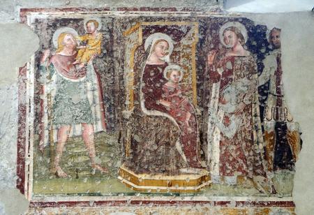 Intronisé Vierge à l'Enfant, Saints Christophe, Catherine, George et un chevalier adorateur, fresque dans l'église de San Pietro Martire à Vérone, Italie Éditoriale