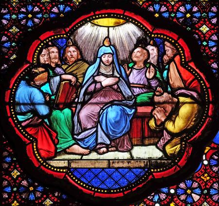 Descente du Saint-Esprit, Pentecôte , vitrail de la Basilique Sainte Clotilde à Paris, France Éditoriale