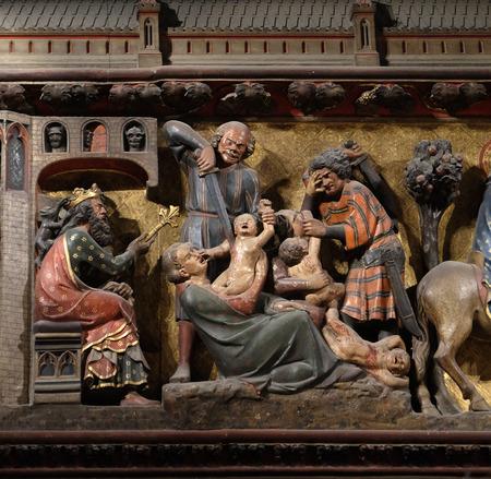 Friso intrincadamente tallado y pintado dentro de la catedral de Notre Dame que representa la masacre de los inocentes, Sitio del Patrimonio Mundial de la UNESCO en París, Francia