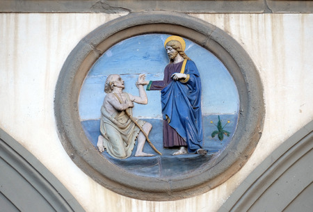 Works of Mercy, glazed terracotta tondo by Andrea della Robbia, located between two arches of the old Ospedale di San Paolo, in Florence, Italy 新聞圖片