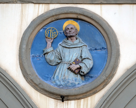 St. Bernardino of Siena, glazed terracotta tondo by Andrea della Robbia, located between two arches of the old Ospedale di San Paolo, in Florence, Italy 新聞圖片