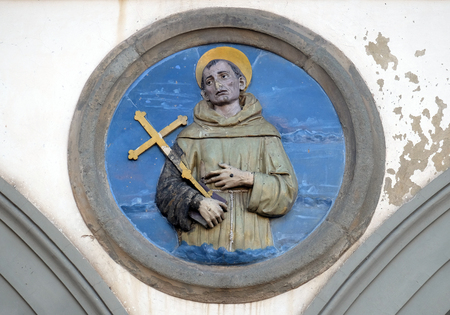 St. Francis of Assisi, glazed terracotta tondo by Andrea della Robbia, located between two arches of the old Ospedale di San Paolo, in Florence, Italy 新聞圖片