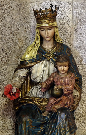Virgin Mary with baby Jesus, statue in the church of St. Mark in Zagreb, Croatia Imagens