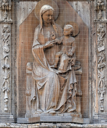 Virgin Mary with baby Jesus, house facade in Pisa, Italy