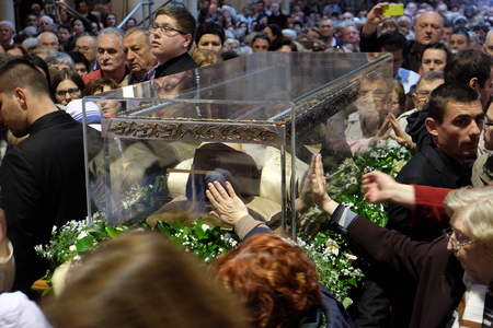 Worshippers gather to look at the relics of St. Leopold Mandic in Zagreb cathedral, Zagreb, Croatia on April 14, 2016. 報道画像