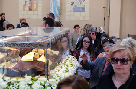 Worshippers gather to look at the relics of St. Leopold Mandic in the parish Church of Saint Leopold Mandic, Zagreb, Croatia on April 16, 2016. 報道画像