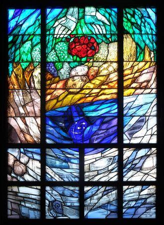 L'histoire de la création, vitrail de Sieger Koeder dans l'église Saint-Barthélemy à Leutershausen, Allemagne Banque d'images