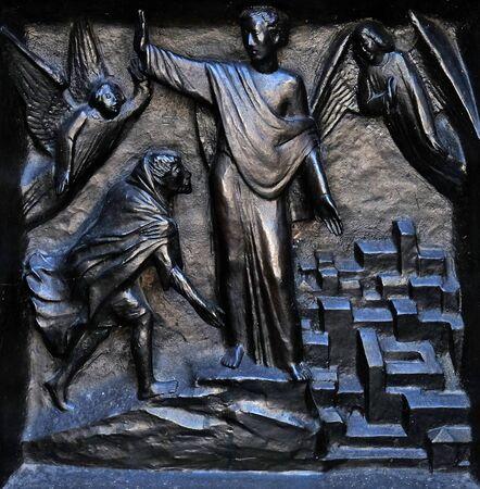Versucht uns nicht - Versuchung Jesu, Relief an der Tür des Grossmünsters in Zürich, Schweiz Standard-Bild