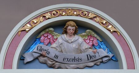 Engel mit Gloria in Excelsis Deo Banner, Krippe, Altarbild in der Kirche des Heiligen Matthäus in Stitar, Kroatien Standard-Bild