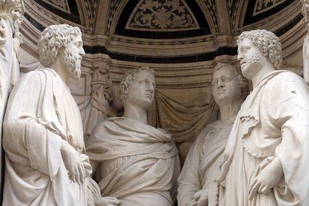 San Cuatro Mártires coronados por Nanni di Banco, Iglesia de Orsanmichele en Florencia, Toscana, Italia Foto de archivo