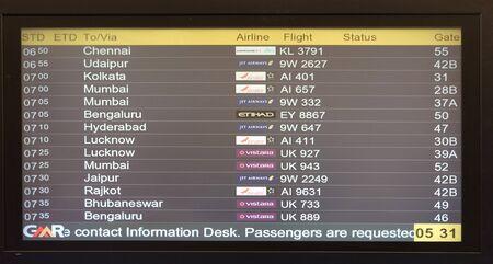 Flugtafel am Flughafen Delhi Standard-Bild