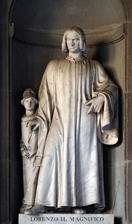 Lorenzo il Magnifico, statue in the Niches of the Uffizi Colonnade. The first half of the 19th Century they were occupied by 28 statues of famous people in Florence, Italy Stockfoto