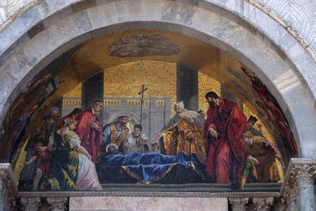 St. Mark's body being venerated by the Doge and Venetian magistrates, lunette mosaic of St. Mark's Basilica, St. Mark's Square, Venice, Italy Stock fotó
