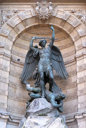 Fountain Saint Michel at Place Saint Michel in Paris. It was constructed in 1858-1860 by architect Gabriel Davioud. Archangel Michael and devil by Francisque Duret. Banque d'images