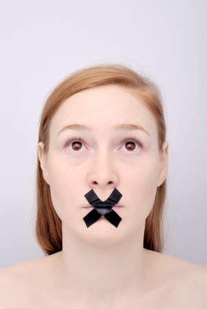 boca cerrada: Retrato de la chica con la boca cerrada Foto de archivo