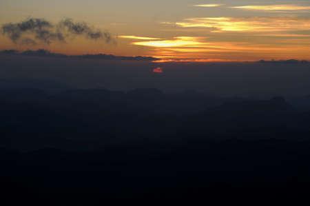 mount sinai: L'alba sul monte Sinai notte d'inverno