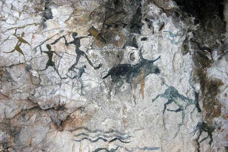 jaskinia: malowidła jaskiniowe prymitywnych ludzi. imitacja
