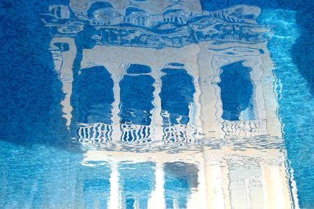 agencia de viajes: palacio ejemplo de hadas refleja en la water.Concept para agencias de viajes. Palacio del Este Mirage Editorial