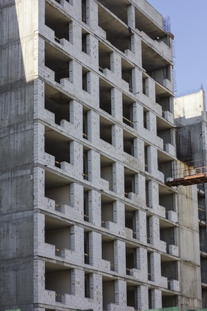 Construction of multi-storey monolithic house. Unfinished building facade. Concept of construction Stockfoto