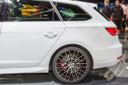 motor de carro: Geneva, Switzerland - March 4, 2015: 2015 Seat Leon ST Cupra presented on the 85th International Geneva Motor Show Editorial