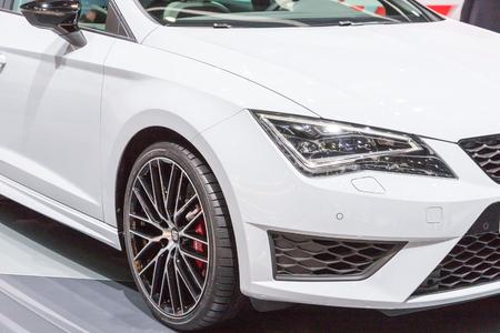 motor de carro: Ginebra, Suiza - 4 de marzo, 2015: 2015 Seat Leon Cupra ST presentado en el 85o Sal�n Internacional de Ginebra