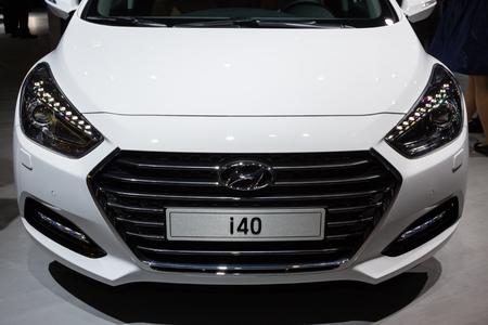 motor de carro: Frankfurt, Deutschland - 15 de septiembre 2015: 2015 Hyundai i40 presenta en el 66� Sal�n Internacional del Autom�vil en el Messe Frankfurt