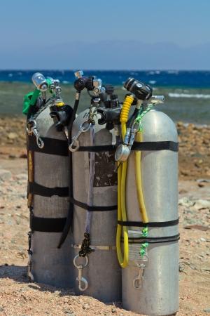 Scuba equipment with jxygen air tank on the beach. Imagens