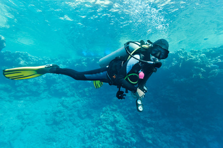 女性スキューバダイバー水中 写真素材
