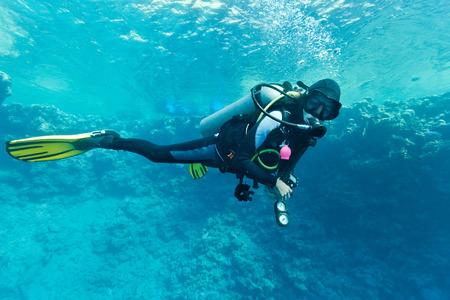 여성 스쿠버 다이버 수중 스톡 콘텐츠