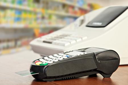 maquina registradora: Cierre de lector de tarjetas de cr�dito y de la caja registradora en el fondo de los estantes al por menor