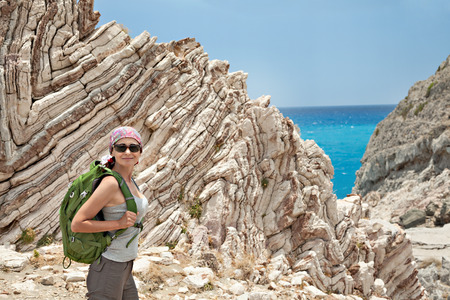 belle brunette: Adulte randonn�e de femme de brune et la randonn�e dans le magnifique paysage rocheux du sud de la Cr�te, en Gr�ce.