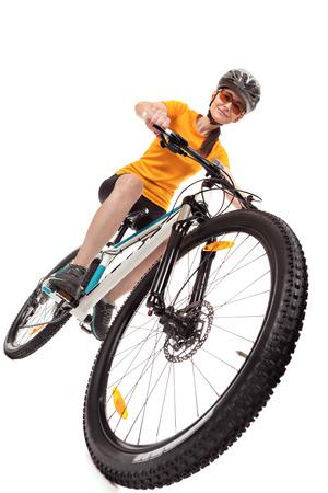 Aantrekkelijke volwassen vrouw fietser op een witte achtergrond. Studio-opname, lage hoek. Stockfoto