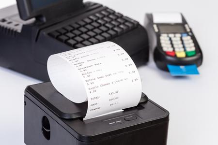 impresora: Procesador de la tarjeta de crédito, la impresora de recibos con la cuenta de compras de papel y pantalla táctil aisladas sobre fondo blanco Foto de archivo