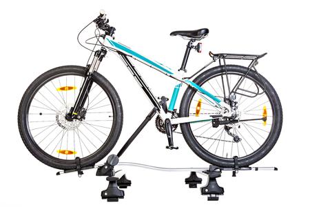 白い背景に分離されたルーフ マウント自転車キャリアと自転車の設定です。スタジオ撮影します。